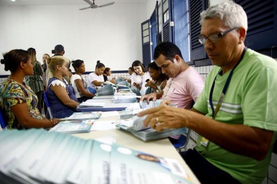 Caravana do Bolsa Escola faz  entrega dos catões